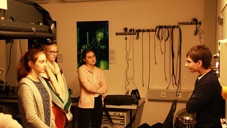 felix klein erklärt das experiment im labor