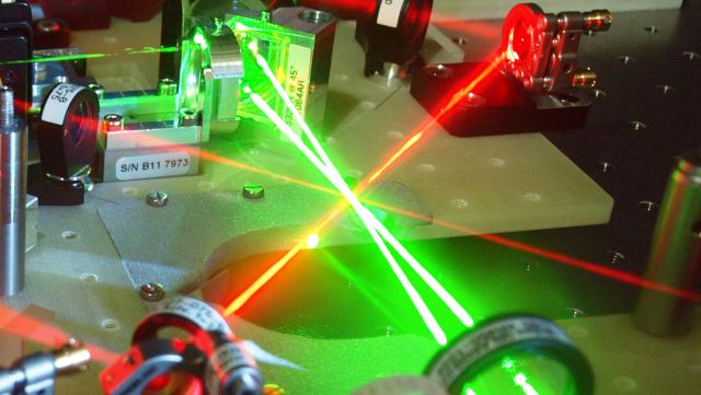 Darstellung von Laserstrahlen, die sich kreuzen