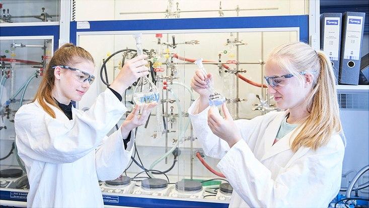 Schülerinnen bei der Synthese von Gold-Nanopartikeln.