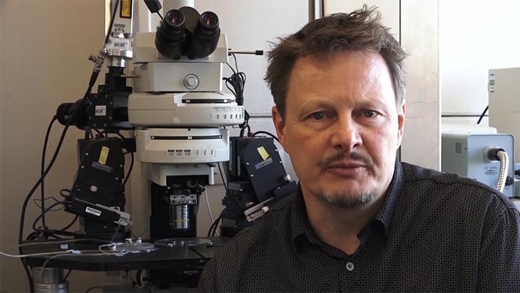 Professor Lohr im Labor der Neurophysiologie