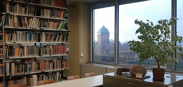 Blick aus der Bibliothek auf den Wasserturm