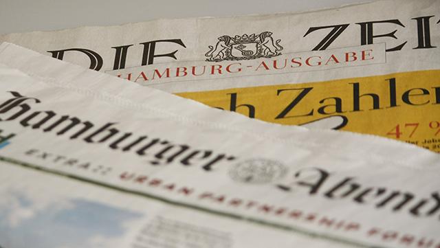 Übereinanaderliegende Zeitungen