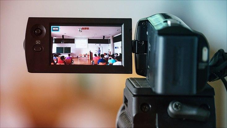 Eine Lehrveranstaltung wird mit einer Videokamera aufgenommen.