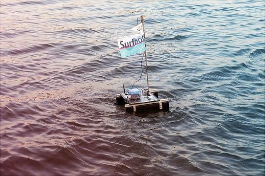 Surfbot auf dem Wasser