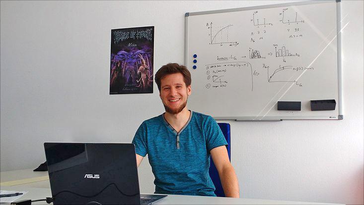 Philipp Porada an seinem Schreibtisch.