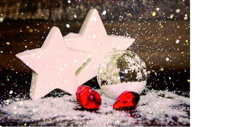2 weiße Sterne, eine weiße Weihnachtskugel, 3 rote Weihnachtskugeln, Schnee