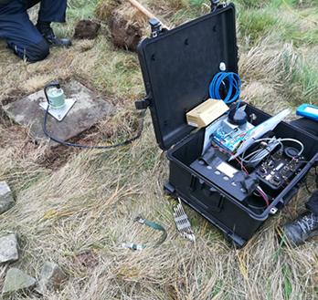Installiertes Seismometer bei Wartungsarbeiten