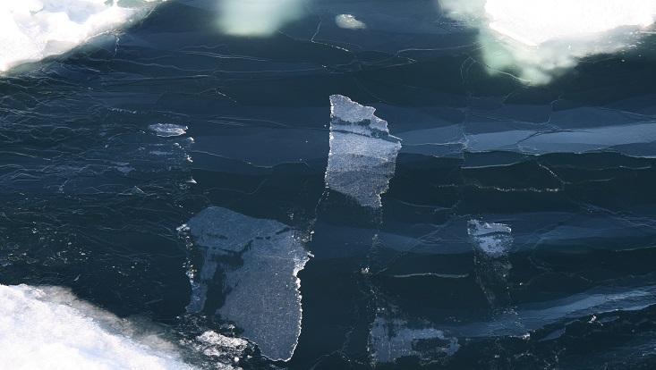 Gebrochenes Eis auf dem Meer