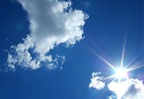 Blick in blauen Himmel mit Wolken