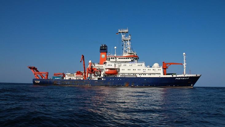 """DAs Forschungsschiff """"Meteo"""" von der Seite."""