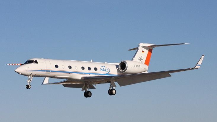 """Das Forschungsflugzeug """"Halo"""" am Himmel. Symbolisch für Forschungsflugzeuge."""