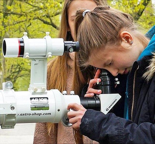 Schülerinnen schauen durch ein Teleskop beim Girl's Day 2018 an der Hamburger Sternwarte