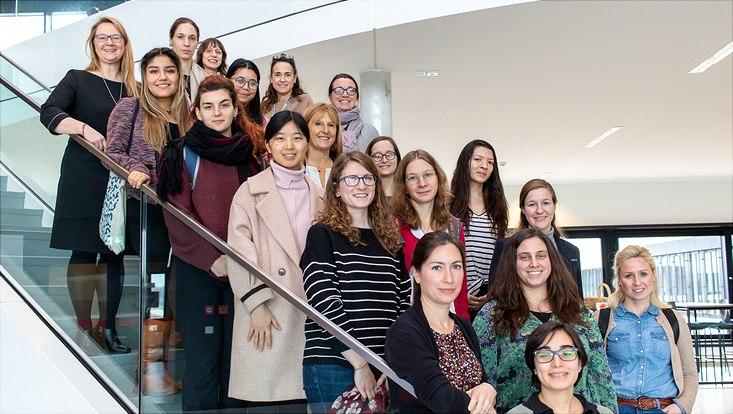 Gruppenbild von Wisseschahflerinnen auf einer Treppe.