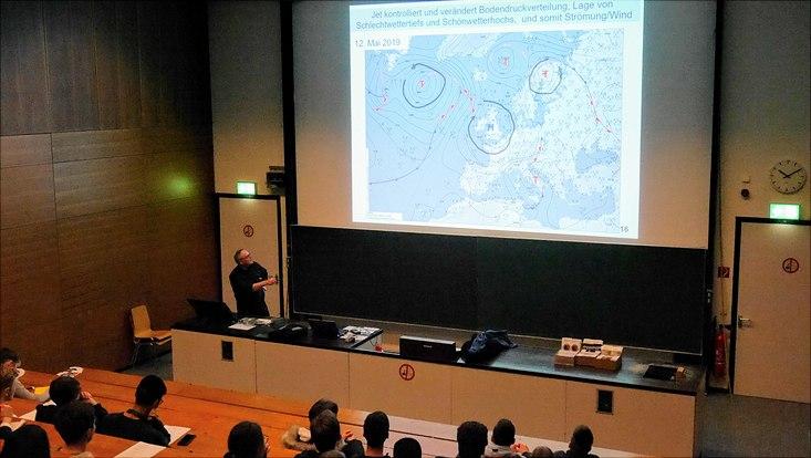 Dr. Müller erklärt die Entstehung einer Wettervorhersage