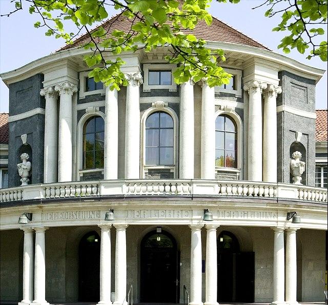 Frontansicht des Hauptgebäudes der Uni