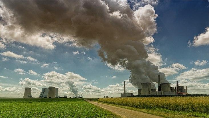 Kohlekraftwerk mit rauchenden Schornsteinen