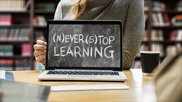 "aufgeklapptes Notebook ""never stop learning"""