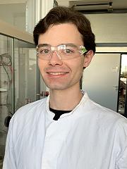 Porträt von Roderich Meissner mit Schutzbrille und im Laborkittel