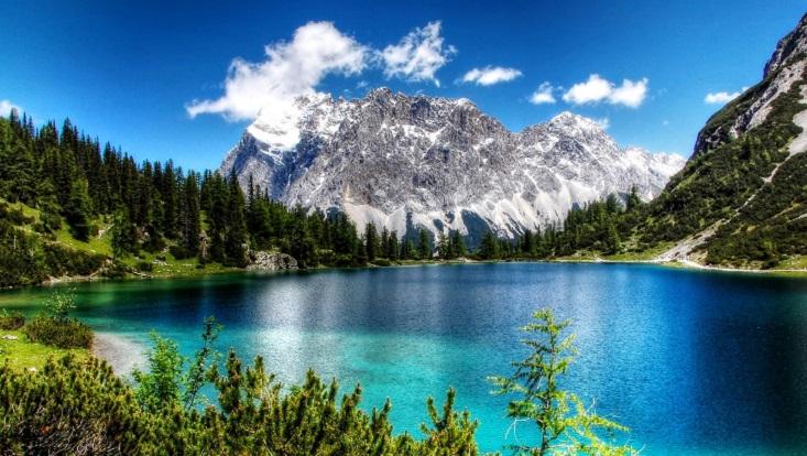 Die Zugspitze; im Vordergrund ein klarer See.