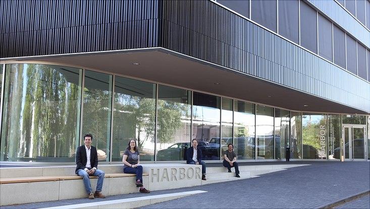 Prof. Gabriel Bester (v.l.), Prof. Arwen Pearson, Prof. Nils Huse und Dr. Hans Behringer vor dem Neubau