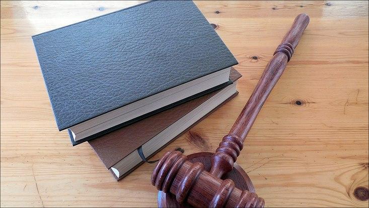 Ein schwarzes Buch und Hammer für Richter