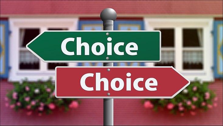 Grünes und rotes Schild mit Aufschrift Choice zeigen in verschiedene Richtungen