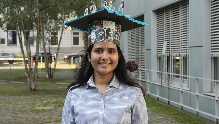 Anju Sathyanarayanan successfully defended her doctoral thesis. The picture shows Anju with her doctoral hat.