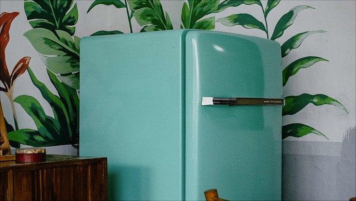 Grüner Kühlschrank in Küchenecke