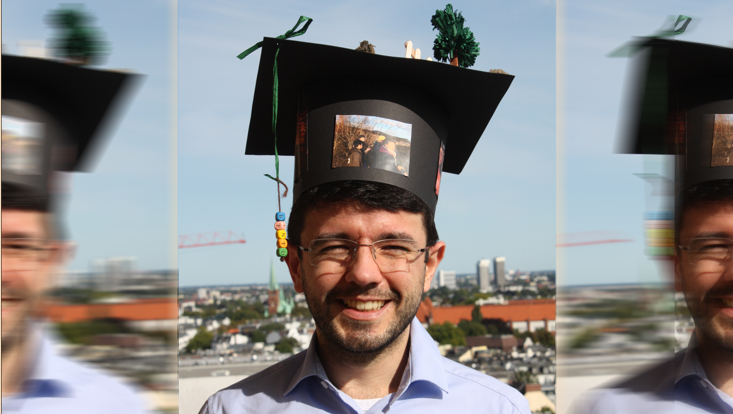 Wagner de Oliveira Garcia successfully defended his doctoral thesis. The picture shows Wagner with his doctoral hat.