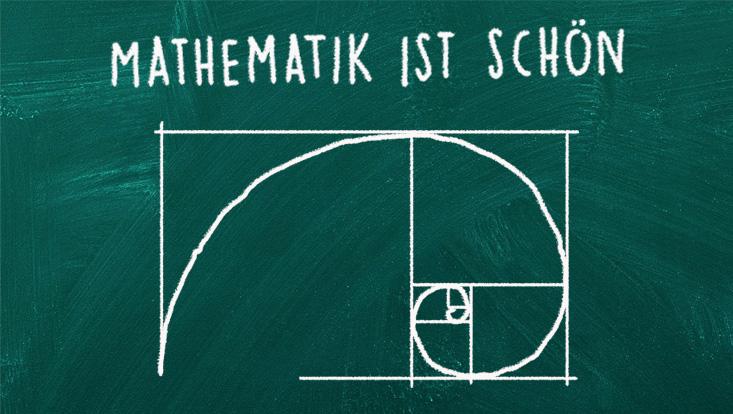 """Abbildung der goldenen Spirale auf einer Tafel. Darüber steht der Schriftzug """"Mathematik ist schön""""."""