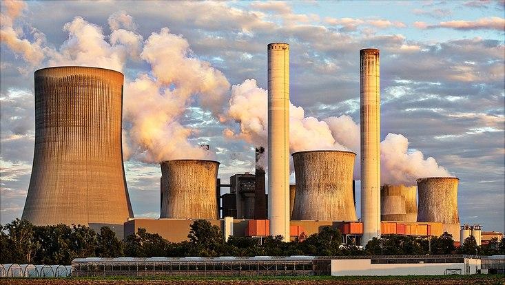 Rauchende Schornsteine am RWE-Kohlekraftwerk Niederaußem
