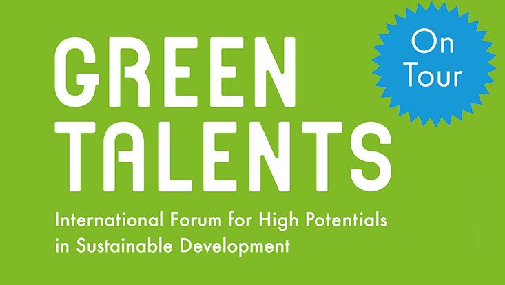 grüne Farbfläche mit Schriftzug Green Talents und blauer Stern mit Info: On Tour