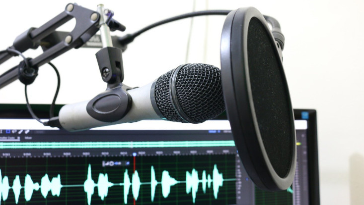 Bild eines Mikrofons und Audiospektrums