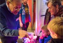 Professor Huber erklärt die Funktionsweise eines Lasers
