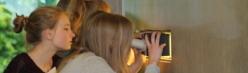 Mädchen mit Selbstbau-Spektrometer