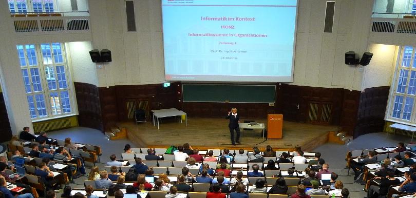 Prof. Dr. Schirmer in der IKON-Vorlesung