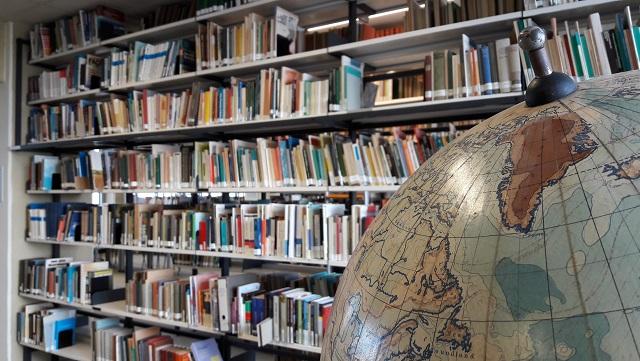 Globus in der Bibliothek