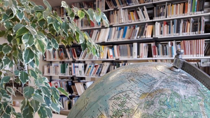 Globus im Lesesaal der Institutsbibliothek
