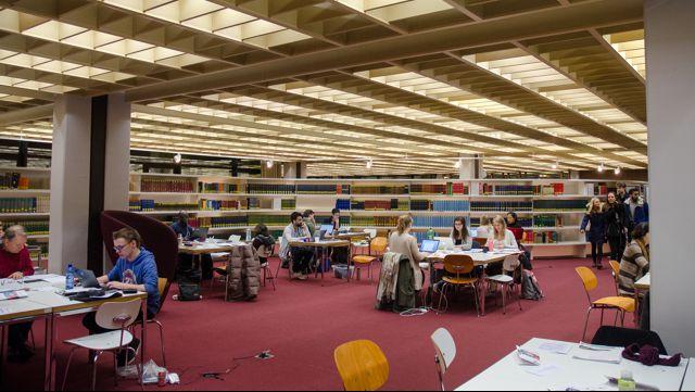 Studenten in der Bibliothek