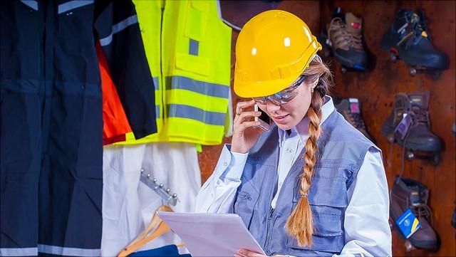 Eine Frau in Arbeitsschutzkleidung