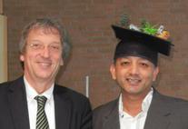 Prem Raj Neupane mit Doktorhut und Prof. Dr. Michael Köhl