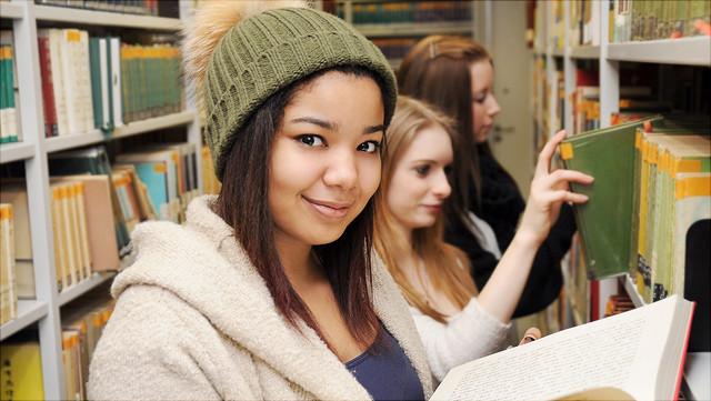 Studierende in einer Bibliohek