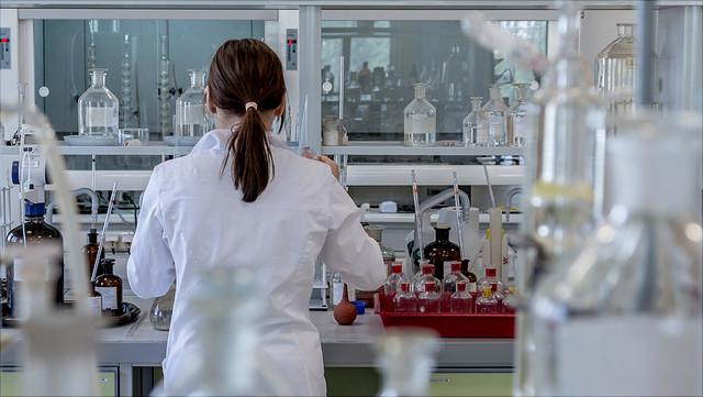 Studentin im Laboratorium