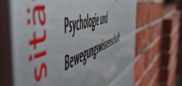 """Türschild mit der Beschriftung """"Psychologie und Bewegungswissenschaft"""""""