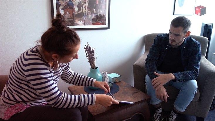 Therapiesitzung, Therapeutin spricht mit Patient