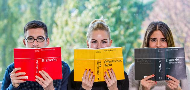 Studierende mit Büchern