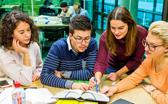 Lerngruppe in der Bibliothek