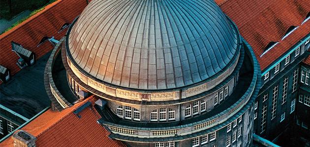 Dach Hauptgebäude der Universität