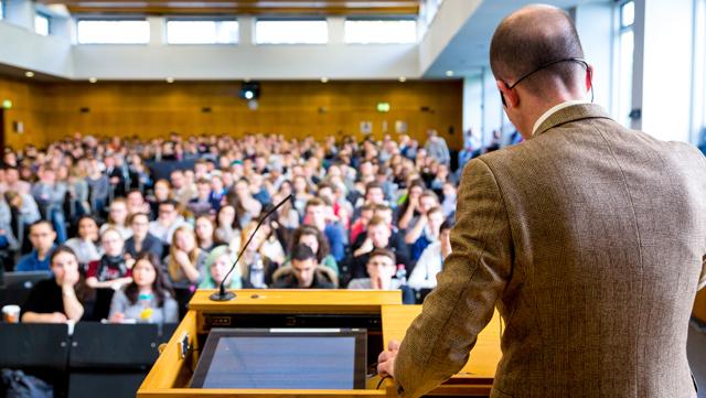 Professor hält Vorlesung