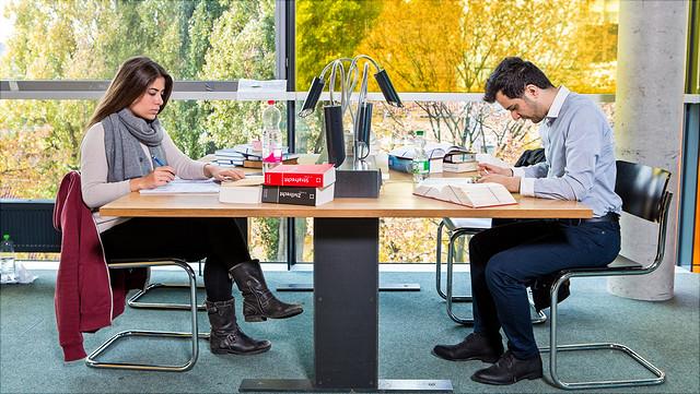 Studierende am Arbeitsplatz